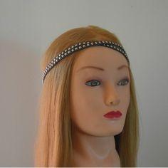 Headband double lacets en suédine clouté, de coloris Anthracite. Coloris disponible: Anthracite Taille unique Fabriqué main!