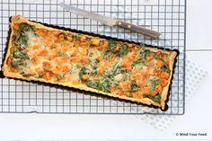 Snelle makkelijke maaltijd, deze zoete aardappel spinazie quiche zette ik met restjes groenten in elkaar. Bladerdeeg heb ik altijd in huis, net als eieren.