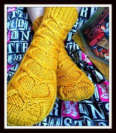 Arkimamman Arkiralli: Sydänsukat mun rakkaalle Knitting Socks, Knit Socks, Knitting Patterns, Knitting Ideas, Mittens, Knit Crochet, Slippers, Crafts, Ankle
