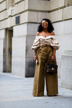 Street Style from New York: Spring 2018 - Street Style from New York Fashion Week Fashion Casual, Black Women Fashion, Look Fashion, Autumn Fashion, Fashion Tips, Fashion Night, Fashion Spring, Fashion Shoot, Fashion Trends