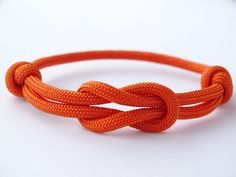 How to Make a Simple Reef (Square) Knot Paracord Friendship Bracelet - Como Hacer Pulsera Diy Friendship Bracelets Easy, Friendship Knot, Diy Bracelets Easy, Bracelet Crafts, Paracord Bracelets, Friendship Bracelet Patterns, Boys Bracelets, Knotted Bracelet, Survival Bracelets
