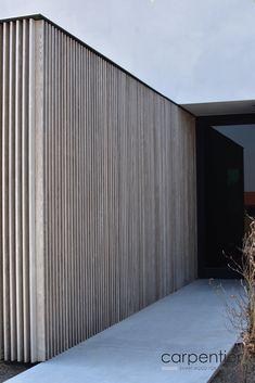 Houten gevelbekleding in thermisch essen. Dankzij de voorvergrijsde afwerking vermijden we kleurverschillen en vervelende vlekvorming bij delen die minder worden blootgesteld aan regen en zon.  Architect: Basic Architects, Aalst Concept & plaatsing: Aluwood in opdracht van ABS bouwteam  Facade Design, Exterior Design, House Design, Timber Cladding, Exterior Cladding, Parrilla Exterior, Modern Farmhouse Exterior, Facade House, Glass House