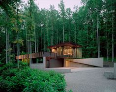 Teljes ház/lakás, Rabun Gap területén, US. Tree House is one of three structures in the Mountain House [modern] compound designed by Mack Scogin Merrill Elam Architects. Surrounded by nature, Tree House provides bedroom w/ galley kitchen, bath w/ open shower, private terrace perched high.