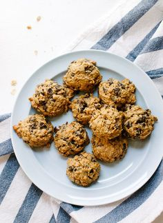 Maple-sweetened peanut butter chocolate chip oatmeal cookies (gluten free!) - http://cookieandkate.com