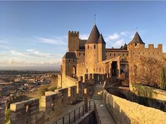 On the walls of the medieval city of Carcassonne 👌🏻 a must go for all middle ages lovers ⚔️ picture from @kostetravel . . . . . #france #法國 #フランス #francia #프랑스 #prancis #فرانسه #frança #франция #ฝรั่งเศส #fransa #pháp #visitfrance #travel #photo #photography #picoftheday #photooftheday #行きたい #beautyoffrance #francecommunity #castle #お城 #instagood #instadaily #instalike #igers #architecture #architecturelovers #skyporn