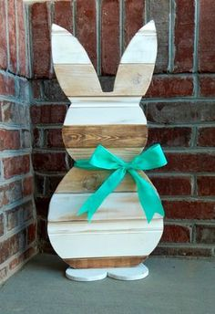 This was a fun diy Easter project! The reclaimed wood gives the bunny a beautiful vintage look. If you like diy crafts, you have got to check out this step by step tutorial. All you neighbors are going to be jealous of your E Diy Osterschmuck, Fun Diy, Easy Diy, Simple Diy, Bunny Crafts, Easter Crafts, Easter Dyi, Rabbit Crafts, Spring Crafts