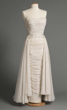 Vintage Gown by Bob Bugnand 1957 Vintage Gowns, Mode Vintage, Vintage Outfits, Vintage Fashion, Vintage Evening Gowns, Vintage Clothing, Retro Fashion, Vintage Style, Mode Costume