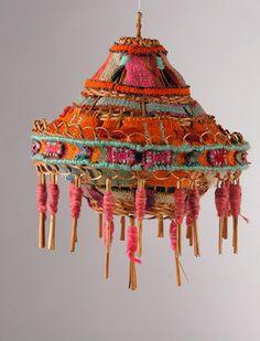 Alejandra Vilaza, a través de su trabajo, hace un rescate patrimonial del valor del tejido. Viaja por el altiplano chileno y boliviano en búsqueda de piezas textiles, aguayos, pochos y mantas llenas de color. También selecciona textiles en Argentina y del sur de Chile. Así, con esta mezcla de diferentes tradiciones en teñido, hilado y […]