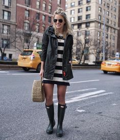 Hunter Boots Kendall Kremer wears the Original Cotton Smock and the Original Tall Wellington Boots W Hunter Boots Fashion, Black Hunter Boots, Black Boots Outfit, Hunter Boots Outfit, Nina Dobrev, Rainy Outfit, Blouse En Coton, Sneakers Fashion Outfits, Boot Outfits