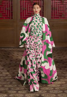 A Midsummer Night's Dream Made Real: Pierpaolo Piccioli Presents His Valentino Haute Couture Collection in Beijing - Women Style Fashion 2020, Look Fashion, Runway Fashion, High Fashion, Fashion Show, Womens Fashion, Fashion Design, Fashion Weeks, Fashion Fall