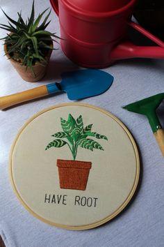 Quadro de bastidor inspirado no filme The Professional (Luc Besson, 1994), especificamente na plantinha de Leon, que representa a vida do personagem. Feito a mão, com linhas de meada, algodão cru e bastidor de madeira. The Professional hand stitched embroidery hoop art.
