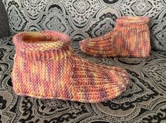 Learn to knit adult bootie slippers with this free knitting pattern. Includes a how-to knit video demonstrating how to knit the slippers from start to finish. Knitting Videos, Knitting Stitches, Knitting Patterns Free, Free Knitting, Knitting Socks, Crochet Patterns, Beginner Knitting, Crochet Socks, Charity Knitting