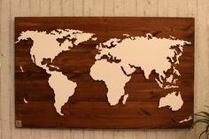 Handgefertigte, einzigartige Weltkarte mit Beleuchtung und 3D-Effekt auf lasiertem Echtholz!  Nord- und Südamerika, Afrika, Eurasien und Australien sind leicht erhöht angebracht und werden von hinten mit einem dezenten LED-Lichteffekt beleuchtet. Kleinere Inseln sind tiefer angebracht und werden indirekt angestrahlt, wodurch ein spannender 3D-Effekt zustande kommt.  Der Hintergrund besteht aus Echtholz, dessen Oberfläche in aufwendiger Handarbeit in Nussbaumoptik lasiert wird. Dadurch…