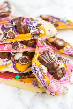 Chocolate Easter Bark with Candy & Malteaster Bunnies Show stopping Chocolate Easter Bark (with HOW TO VIDEO! Super simple and easy to make, topped with candy eggs, chocolates and sprinkles, this is a no bake, must make for Easter. Slow Cooker Desserts, No Bake Desserts, Dessert Recipes, Party Desserts, Dinner Recipes, Fudge Recipes, Party Recipes, Breakfast Recipes, Easter Chocolate