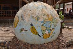 Lintumaalaus ja maapallon kartta, Farafenni, Gambia. kuva Eero Paso 2017