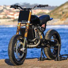 いいね!5,033件、コメント22件 ― BikeBoundさん(@bikeboundblog)のInstagramアカウント: 「Yamaha DT200 build by @earnestco for @feldonshelter. Coming soon on the blog! : @jasonhaselden ::…」 Tracker Motorcycle, Moto Bike, Honda Bikes, Honda Cb, Honda Motorcycles, Custom Motorcycles, Custom Bikes, Bike Design, Motorcycle Design
