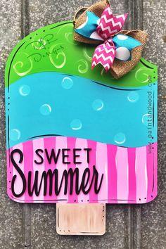 Stunning Diy Summer Decor Ideas Easy To Copy Wooden Door Hangers, Wooden Doors, Wooden Signs, Wooden Crafts, Wooden Diy, Pop Sicle, Summer Signs, Classic Doors, Summer Porch