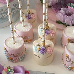 Pin by wilda smith on recipes - cake pops in 2019 вечеринка, Unicorn Themed Birthday Party, Unicorn Party, 1st Birthday Parties, Birthday Ideas, Chocolate Covered Treats, Unicorn Foods, Marshmallow Pops, Party Treats, Donuts