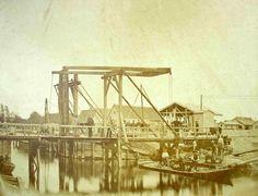 Houten ophaalbrug over de Willemsvaart, kanaal van de IJssel naar de stadsgracht (in 1819 geopend). Originele foto in de collectie van het Stedelijk Museum Zwolle.