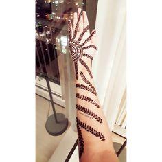 I was very inspired by @mehndidesigner work and ended up doing vines on my full arm... . . . . . #Henna #henné #hennalovers #menhdi #mehndiart #dessin #motifs #design #Hennabstract #hennadesign #hennaart #drawing #photooftheday #vancouver #myart #삽화 #미술 #그림 #아트 #손그림 #그림스타그램 #손 #헤너 #타투 #패턴 #画 #指甲花 #手
