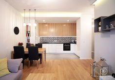 Drewno w nowoczesnym salonie z kuchnią