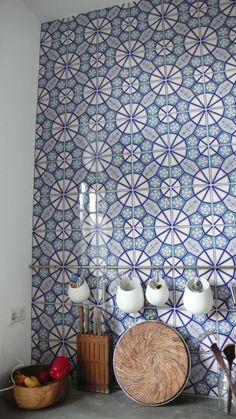 Alles in de keuken is rustig afgewerkt behalve 1 wand bij het fornuis. deze is volledig betegeld.  Interieur ontwerp: www.AtelierBlik.nl
