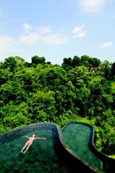 Hotel Ubud Hanging Gardens (Ubud, Indonesia) Los viajeros que se alojen en el Hotel Ubud Hanging Gardens disfrutarán de una habitación con terraza y piscina privadas, y una vista panorámica a las bonitas y frondosas colinas verdes cercanas al río Ayung. Además, pueden disfrutar de la gran piscina del hotel, construida en dos niveles diferentes con piedra de color antracita, la cual con su silueta curvada y el tono verdoso del agua sobre la piedra, se integra en el entorno tropical.