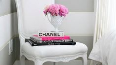 21 Chic Ways to Decorate Your Apartment WithBooks | StyleCaster // Book photo frame is a great idea!!! Striped Walls Horizontal, Gray Striped Walls, Grey Stripes, Wall Stripes, Stripe Walls, Painted Stripes, White Walls, Striped Room, Vertical Stripes