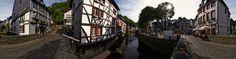 """Dieses Panorama zeigt den sogenannten """"Venedig-Blick"""" bzw. """"Rurblick"""" von der Brücke über die Rur auf die Fachwerkhäuser am Marktplatz der historischen Stadt Monschau in der Eifel in Deutschland. Für weitere Informationen besuchen Sie bitte die offizielle Seite der Stadt Monschau: http://www.monschau.de"""