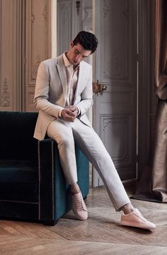 Hellgaue Kombination aus Wolle mit Leinen, schön komplettiert mit Hemd und Sneakers in hellem rosa. | Reiss
