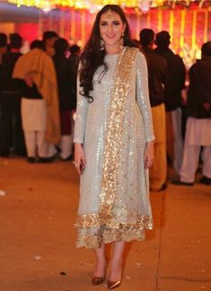 Pakistani Formal Dresses, Indian Gowns Dresses, Pakistani Outfits, Unique Dresses, Simple Dresses, Beautiful Dresses, Celebrity Style Dresses, Simple Dress Pattern, Indian Bridal Outfits