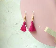 Boucles d'oreilles pompons magenta de la boutique CreaCelebrindal sur Etsy