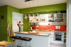 Decorar con Longvie. #HomeDeco #Decoración #Horno #Cocina #Inspiración Kitchen Cabinets, Table, Furniture, Home Decor, Oven, Cooking, Decoration Home, Room Decor, Kitchen Cupboards