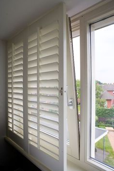 A tilt and turn window is a window that you can leave ajar at the top, or open fully, along its vertical axis. These windows can be perfectly combined with shutters. For JASNO shutters, a tilt and turn window represents no problems! Home, Windows, Curtains Bedroom, New Homes, Home Deco, Comfortable Bedroom, Curtain Decor, Bedroom Styles, Shutters