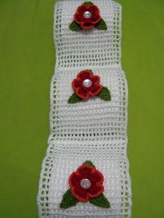 porta papel com flores vermelhas bordadas