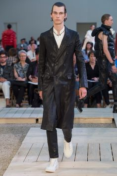 See the complete Alexander McQueen Spring 2018 Menswear collection.