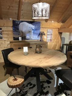 Une de nos nombreuses mises en ambiance dans notre magasin de #serrechevalier Table en chêne massif européen, chaises cuir et peau de vache véritable pour une ambiance cosy et chic dans votre salon :) #deco #montagne #mountain #cosy #chic #sejour #lecoinmontagne