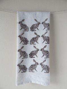 Toalla de saco de harina de la mano conejo dibujo Floral Cotton Towels, Hand Towels, Tea Towels, Hare Illustration, Handmade Kitchens, Flour Sack Towels, Towel Set, Screen Printing, Rabbit