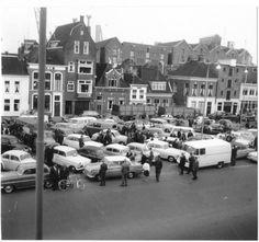 Het Damsterdiep zuidzijde met de automarkt in 1964 - Foto's SERC Vintage Photography, My Images, Eindhoven, Netherlands, Holland, Nostalgia, Street View, Amsterdam, Camping