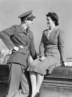 WWII- well, hello there. Vintage Couples, Vintage Love, Vintage Photos, Vintage Romance, Army Uniform, Men In Uniform, Rockabilly Couple, 1940s Dresses, 1940s Fashion