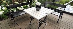Prachtige combinatie; zwarte gietijzeren tuinbanken gecombineerd met een frisse witte tuintafel I Alles afkomstig uit de collectie van ROYAL DESIGN te Nunspeet