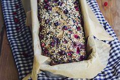 Mjukt och saftigt glutenfritt bröd med lingon – och zucchini!