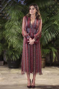 Queen Letizia - Intropia lurex details silk midi dress with a V-neckline and long skirt - Carolina Herrera 'Bimba' quilted clutch bag - LODI 'Sara' ombre patent pumps - TOUS black diamond extra long string earrings / Visit to Peru Muslim Fashion, Royal Fashion, Modest Dresses, Simple Dresses, Maxi Dresses, Vestido Hippie Chic, Look Boho Chic, Hippy Chic, Spain Fashion