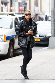 Hailey Baldwin looks happy in leather arriving at an office building in Manhattan, New Outfits, Fashion Outfits, Girl Fashion, Womens Fashion, Hailey Baldwin, Sporty Chic, Minimal Fashion, Aesthetic Clothes, Her Style