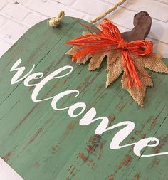 Welcome Door Hanger // Pumpkin Door Hanger // Fall Door Sign Dyi Fall Decor, Fall Halloween, Halloween Crafts, Fall Arts And Crafts, Wood Crafts, Diy Crafts, Pumpkin Door Hanger, Wooden Pumpkins, Barn Wood Signs