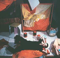 Hélio Oiticica avec Bólides et Parangolés dans son atelier rue Engenheiro Alfredo Duarte, Rio de Janeiro, ca. 1965. Photo : © Projeto Hélio Oiticica