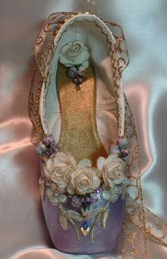 Inspiration for the annual pointe shoe decorating! Purple and Gold Sugarplum Fairy decorated by DesignsEnPointe Pointe Shoes, Toe Shoes, Ballet Shoes, Dance Shoes, Ballerina Slippers, Ballerina Dancing, Ballet Beautiful, Beautiful Shoes, Purple Gold