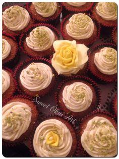 2016.01.16 - Cupcakes amande, chocolat blanc et éclats de pistache, avec top en meringue Suisse vanille et éclats de pistache