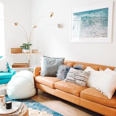 Caramel leather sofa and pops of turquoise on Beachy living room decor Coral Living Rooms, Living Room Turquoise, Blue Living Room Decor, Living Room Accessories, Boho Living Room, Living Room Sofa, Living Room Designs, Best Leather Sofa, Leather Sofa Decor
