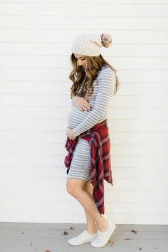 How to Style a Maternity Dress for Fall, featuring easy ways to style basic maternity dresses. Maternity Dress Outfits, Fall Maternity, Stylish Maternity, Maternity Fashion, Stylish Pregnancy, Maternity Styles, Maternity Clothing, Pregnancy Wardrobe, Pregnancy Outfits